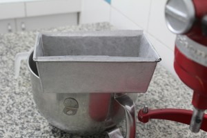 derretir un poquito de mantequilla solo para enmantequillar el molde, luego ponerle papel manteca, luego volverlo a enmantequillar