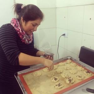 Cocinando en grupo es mejor ! Olenka ayudando a Arian con las chispas de chocolate !