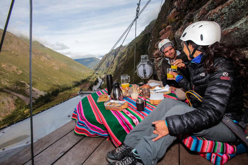 """Dormir en una cápsula transparente que cuelga de una montaña, viajar a Machu Picchu en primera clase o cenar con una panorámica de la ciudad son algunas de las opciones exquisitas que te propongo. Porque como dicen por ahí """"la vida es ahora""""."""
