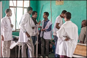Equipo médico de Médicos Sin Fronteras (MSF) debate acerca de la condición de salud de un paciente en la sala de emergencias.