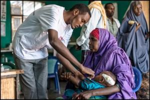 Un día de mucho trabajo en la sala de urgencias del centro de salud. Un enfermero de Médicos Sin Fronteras (MSF) examina a un niño que presenta serios problemas de salud.