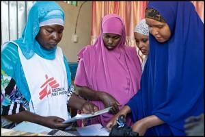 Aisha, una matrona con experiencia, junto con otras colegas, se encuentran cerca de la sala de partos.