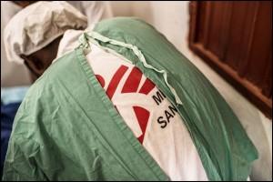 Cirujanos brindándole asistencia a un paciente que ingresó al hospital como un caso de emergencia.