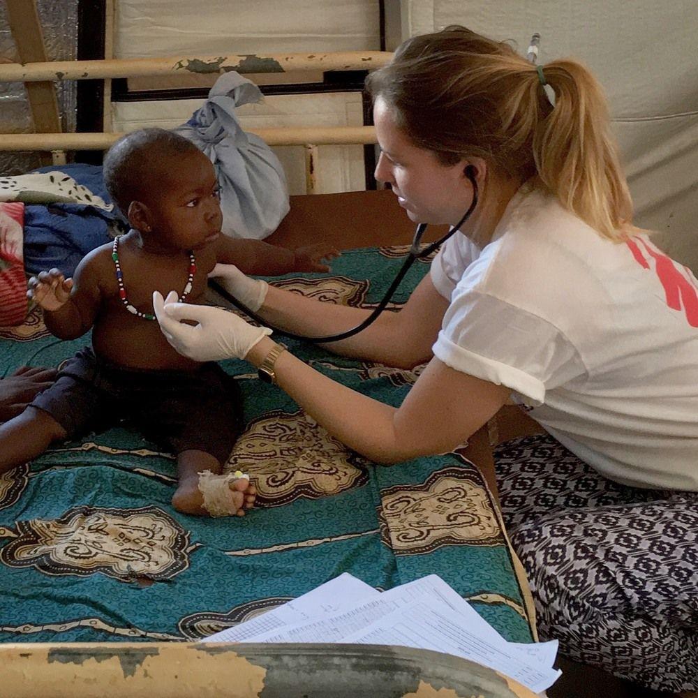 """Katie Treble, de 31 años, es una doctora del Reino Unido. Estaba trabajando en el hospital de Bria en la República Centroafricana (RCA), en el fin de semana del 24 al 26 de marzo cuando se produjeron combates intensos en la zona y Médicos Sin Fronteras (MSF) recibió 24 heridos de diferente gravedad.  La doctora de MSF, Katie Treble, trabajando en el hospital de Bria, RCA ©MSF """"La pequeña zona de triaje del hospital estaba llena con pacientes. Todos con heridas de bala de gravedad. Eran hombres jóvenes con heridas en la cabeza, el..."""