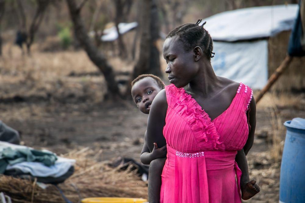 """Vanessa es enfermera y ha trabajado dos meses como coordinadora médica de emergencias de Médicos Sin Fronteras (MSF) en Uganda, un país que está recibiendo un flujo sin precedentes de refugiados provenientes de Sudán del Sur.  Esther Modong es una refugiada de Kajo Keji, Sudán del Sur. Vive en un asentamiento para refugiados en Palorinya, Uganda ©Fabio Basone/MSF """"Llevo más de una década trabajando en acciones de respuesta a desplazamientos de población y nunca había visto una situación de la magnitud y dimensiones como las que..."""