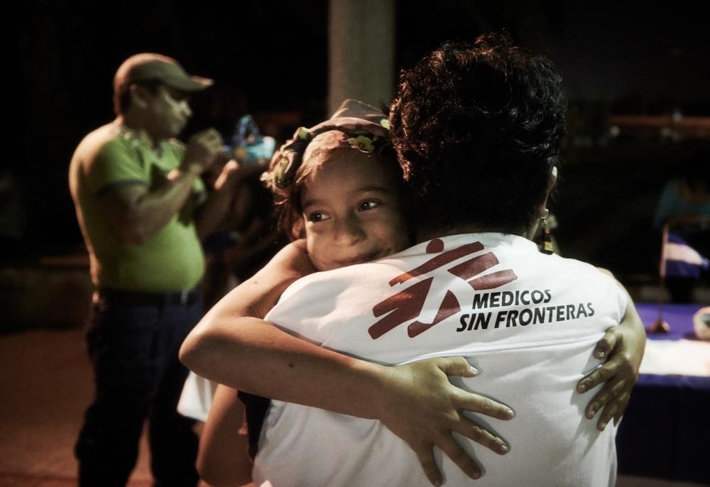 En Médicos Sin Fronteras (MSF) compartimos (solo) algunas de las historias, sueños y desafíos de niñas extraordinarias que hemos conocido a lo largo del mundo.  Una niña abraza a una trabajadora social de MSF. Es una de las tantas personas que migran desde Centroamérica hacia México con intención de llegar a Estados Unidos ©Christina Simons/MSF Todos los días en nuestros 468 proyectos médico humanitarios en más de 70 países conocemos niñas que nos sorprenden por su extraordinaria fortaleza y resiliencia. Como Médicos Sin...