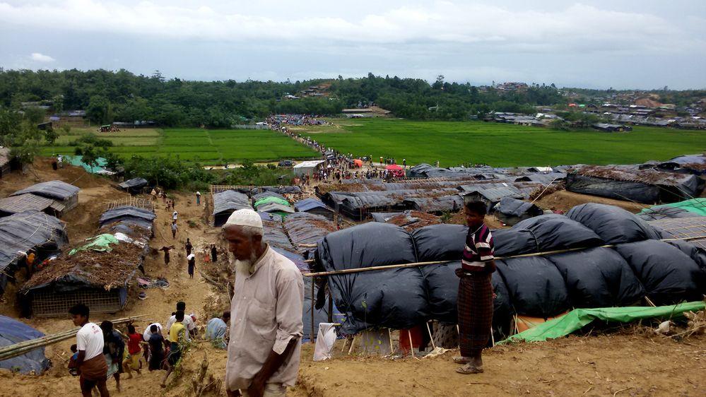 Más de medio millón de refugiados rohingya han llegado a Bangladesh en menos de dos meses después de una ola de violencia en el estado de Rakhine en el vecino Myanmar. La mayoría de los refugiados viven en asentamientos improvisados sin acceso adecuado a refugio, alimentos, agua potable o letrinas. El experto en agua y saneamiento de Médicos Sin Fronteras (MSF) Paul Jawor acaba de regresar del sureste de Bangladesh. Nos explica las terribles condiciones que afrontan los refugiados y cómo MSF está suministrando agua limpia en uno...