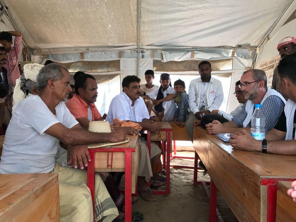 Por David Noguera, Presidente de Médicos Sin Fronteras   David Noguera, Presidente de MSF, se reune con desplazados en un campo cerca de Abs, Yemen ®Sonia Verma/MSF La guerra en Yemen continúa lacerando a la población. El reciente bloqueo fronterizo a la ayuda humanitaria por parte de la coalición liderada por Arabia Saudí solo empeorará drásticamente esta situación ya de por sí insostenible. Este grave hecho ha maniatado a las pocas organizaciones que seguimos proveyendo asistencia a los yemeníes. La organización a la que...