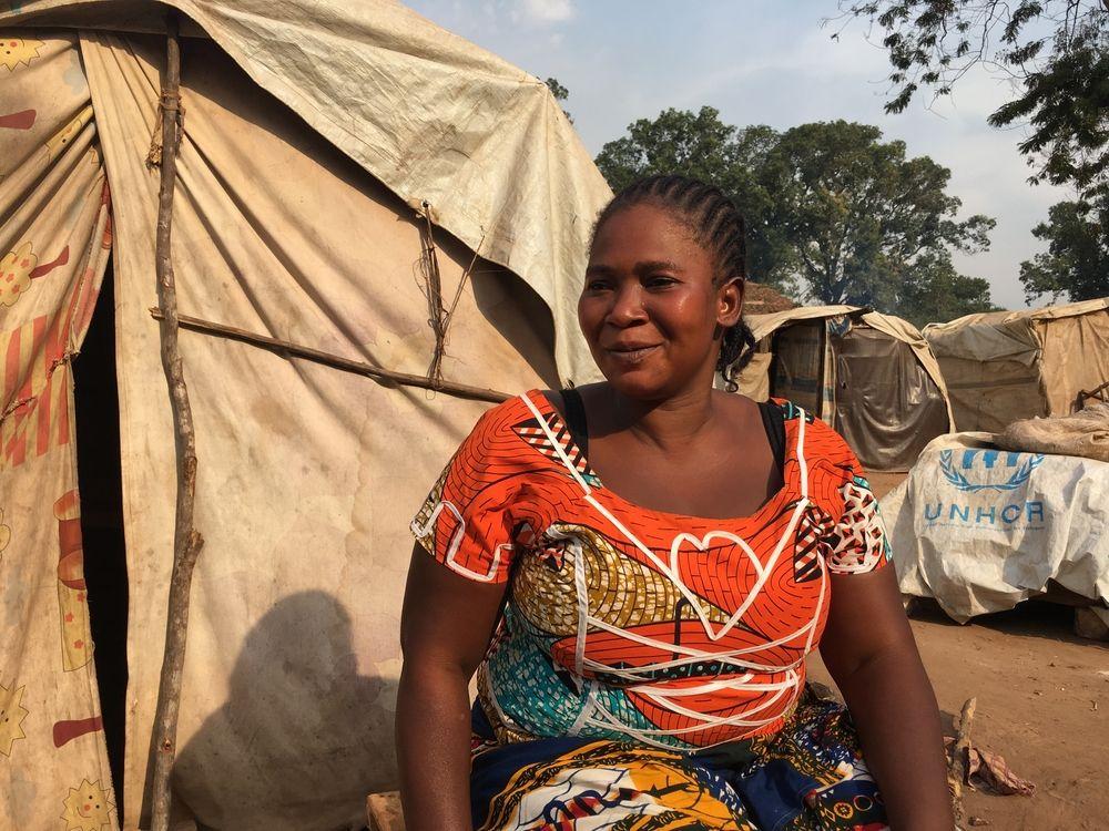 Desde finales de julio de 2017, los combates entre las facciones ex-Seleka y anti-balaka han vuelto a incendiar Batangafo y sus alrededores. Los enfrentamientos en la zona, situada en el norte de la República Centroafricana, han obligado a decenas de miles de personas a abandonar los refugios temporales donde estaban instalados desde la crisis en 2013-2014. Muchos han encontrado refugio en el complejo hospitalario administrado por Médicos Sin Fronteras (MSF). . Esther, 30 años, vivió en el Hospital de Batangafo desde que los...