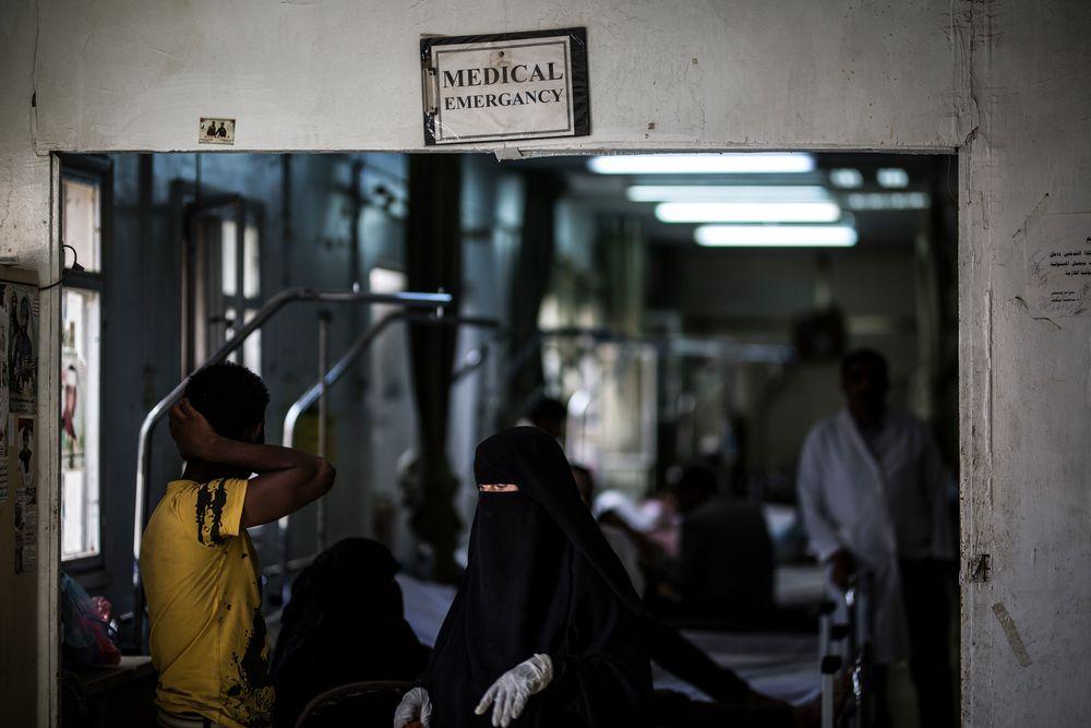 Por Monia Khaled, coordinadora de las actividades de agua y saneamiento de Médicos Sin Fronteras (MSF) en Yemen.   Monia Khaled ®Dalila Mahdawi/MSF Los enfrentamientos y los ataques aéreos empezaron cuando estaba vacaciones. El área diplomática de Saná, donde se produjeron los peores enfrentamientos, está cerca de mi casa. El día que empezaron los combates, vi a muchos hombres armados instalando puntos de control en las calles. Las carreteras estaban completamente vacías, así que salí rápido con mis hermanas para conseguir...