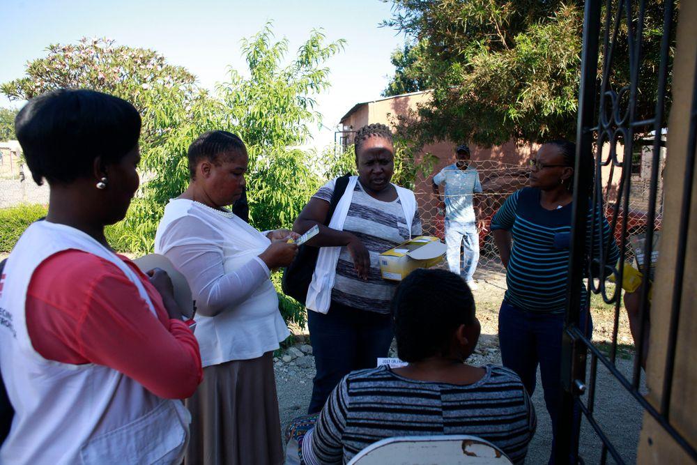 Viernes por la tarde en la comunidad de Boitekong, ubicada en el cinturón de platino de Sudáfrica: las calles de tierra están ocupadas por mineros fuera de su turno vestidos con monos de diferentes colores. En los patios y en las esquinas, los hombres trabajan manipulando televisores y motores de automóviles, con sus botellas de cerveza de final de semana en la mano. Un grupo de hombres que está en la parcela de un negocio de reparación de coches invita a los trabajadores de Médicos Sin Fronteras (MSF) a sentarse un rato con ellos. Son...