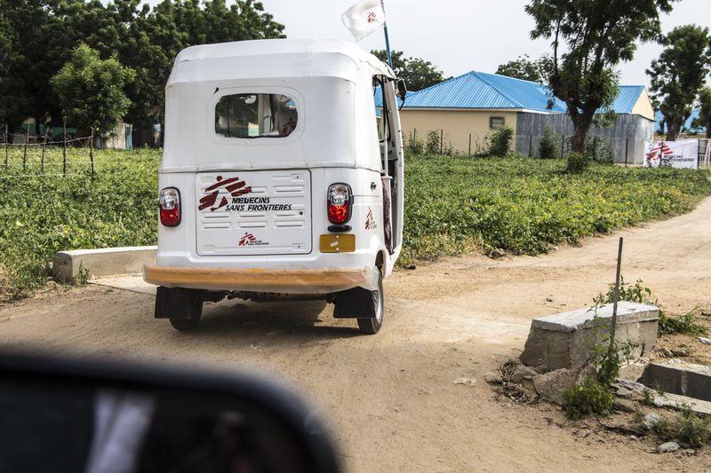 En todo el mundo, los motocarros son un medio de transporte urbano de lo más económico y práctico. Pero ahora, en Gwoza (noreste de Nigeria), estos pequeños vehículos de tres ruedas son mucho más, porque también salvan vidas. Gracias a los conocidos localmente como keke napeps, alrededor de 260 pacientes al mes pueden llegar hasta el hospital. Y es que en Gwoza, donde viven unas 75.000 personas, estos motocarros se han convertido en ambulancias improvisadas.  Después de años de conflicto entre el ejército de Nigeria y los grupos...