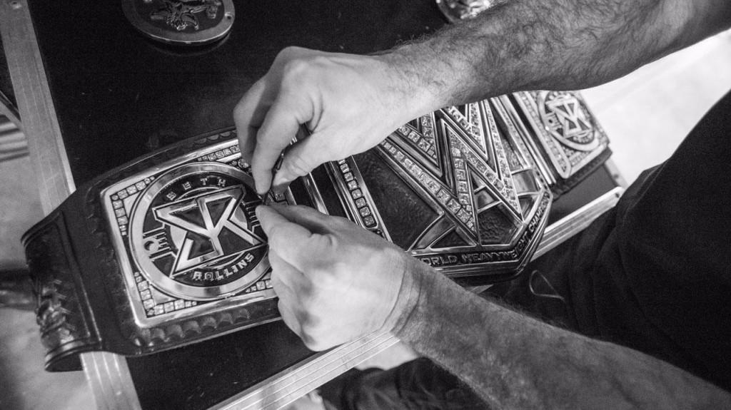Los tambores repicaron. Los bronces los secundaron. Inició una carrera descendente hacia un cuadrilátero. Tomó lo que por derecho era suyo: su oportunidad. Se robó el show, la atención y el Campeonato Mundial de WWE. Seth Rollins se convirtió en el primer dueño del Money in The Bank que canjeó su maletín en WrestleMania y se dio el lujo de hacerlo durante el evento estelar de la noche. Y así inició su legado y su arquetipo de luchador estelar. Su camino estaba destinado a ser una farsa. Desde que ganó aquel campeonato tuvo que ser...