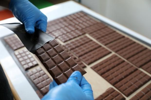 La semana pasada, el Ministerio de Agricultura y Riego (MINAGRI) anunció que el próximo mes dará a conocer su proyecto de reglamento técnico sobre el uso del cacao en la fabricación del chocolate en el Perú. Pensamos que para entender bien ese reglamento, y sobre todo para beneficiarnos de los efectos saludables del chocolate, es vital saber cómo se elabora ese producto. (Foto: Reuters)