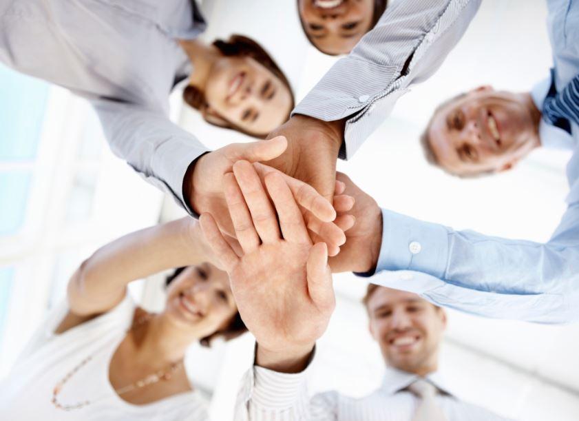 Antes, cuando los trabajos eran seguros no teníamos por qué preocuparnos de tejer redes de contacto. Los empleos eran para siempre y la gente se conocía. No había que generar ningún esfuerzo adicional para conocer gente o dar a conocer nuestra marca personal. Esto cambió. Hoy en día, la red de contactos es una herramienta fundamental para vender nuestros servicios profesionales. Es más, la mayoría de trabajos se consiguen por redes de contacto. Cuando se presenta una vacante, las empresas buscan primero informalmente adentro de la...