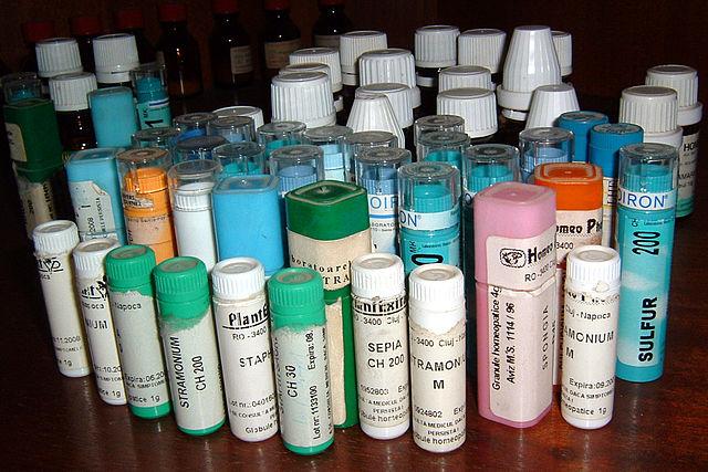 Medicamentos homeopáticos. Fuente: Wikimedia Commons.