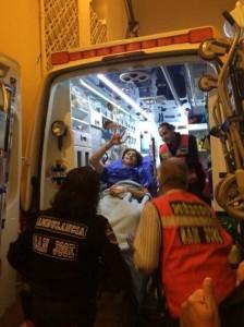 FOTO: ARCHIVO DEL NOVILLERO RUMBO AL HOSPITAL. Tras ser operado en la enfermería, a bordo de la ambulancia, pero contento y satisfecho.