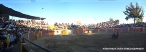 FOTO: PABLO JAVIER GÓMEZ DEBARBIERI MULTITUD. Con la plaza de Uchumayo, Arequipa, llena hasta la bandera, retornó la tauromaquia a la Ciudad Blanca; Emilio Serna logró extraer algunos derechazos al complicado quinto de la tarde.