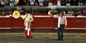 FOTO: CAPTURA DE PANTALLA OVACIÓN. Andrés y el ganadero de Santa Bárbara, Carlos Barbera, son ovacionados tras el indulto.