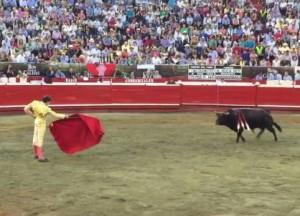FOTO: CAPTURA DE PANTALLA MEJOR DE LO QUE ERA. Lo firme que estuvo Andrés, la forma cómo aguantó impávido la violencia de 'Incógnito' y lo bien que lo toreó luego, hicieron que el toro pareciese mejor de lo que realmente fue.