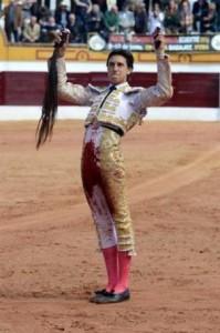 FOTO: FUSIÓN INTERNACIONAL POR LA TAUROMAQUIA El rabo cortado en Olivenza, hace una semana, tuvo repercusión.