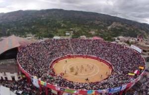 FOTO: LUIS RODRÍGUEZ SÁNCHEZ Impresionante vista aérea de la plaza de Chota, copada hasta la bandera, en medio de la verde campiña cajamarquina.