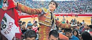 FOTO: @TAUROMAQUIAS Andrés Roca Rey, ídolo de Chota con solo 19 años, al que ni la lluvia ni el viento, ni toros con más o menos clase o peligro arredraron; la plaza, llena a reventar, con casi 13.000 personas admirándolo y aclamándolo.