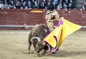 """FOTO: PLAZA DE TOROS DE VALENCIA Andrés lanceando por """"naturales con el capote"""" al sexto toro."""