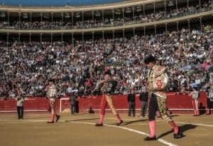 FOTO: PLAZA DE TOROS DE VALENCIA Paseíllo el viernes 17, con la plaza llena. En primer plano, El Fandi, al centro, Andrés y al fondo, Manzanares.