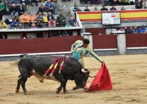 FOTOS: CULTORO Alberto Aguilar en un natural. Los cuatro toros de La Quinta que se prestaban para una buena faena, solo embestían por el lado izquierdo.