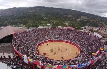 CHOTA Y CUTERVO,FERIAS  TAURINAS DE GRAN NIVEL Empieza el año taurino ● Cajamarca abre, en grande, la temporadaen provincias ● Seguirán centenares de pueblos por todo el Perú. PABLO J. GÓMEZ DEBARBIERI En siete días habrán empezado las feria taurinas por San Juan, en Chota y Cutervo, en Cajamarca. Parece mentira poder comprobar, satisfactoriamente, cómo han progresado ambas ferias, al cabo de escasos tres o cuatro años. El resultado que hoy vemos es sumamente alentador. Las dos ciudades cajamarquinas siempre han sido las más...