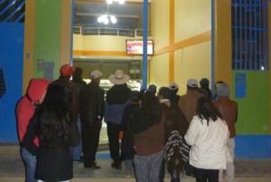Así es lo intenso de la afición en Cutervo- Los Cutervinos se arremolinan en una tienda para ver las corridas por TV.