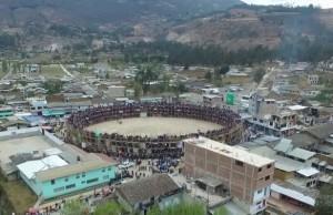 """FOTO: CAPTURA DE PANTALLA La plaza de palos """"Sevilla"""" de Celendín, Cajamarca, enclavada en la ciudad."""