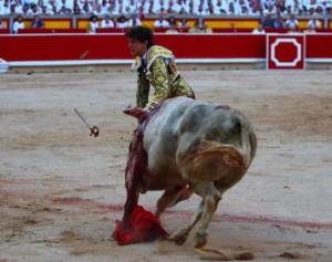 FOTOS: CULTORO Andrés, cogido por el toro mientras vuelan los trozos del estoque.