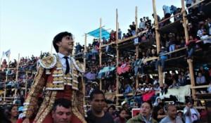 FOTO: JUAN MEDRANO CHAVARRÍA Andrés Roca Rey salió en hombros, ovacionado por la multitud.