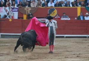 FOTOS: JUAN PONCE Roca Rey combinó su valor con un toreo de mano baja y largo trazo.