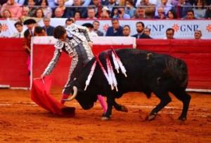 FOTO: PLAZA MÉXICO Roca Rey, el 5 de febrero en la Plaza México; hizo todo lo que pudo y expuso mucho, pero los toros, sin raza, le impidieron triunfar.