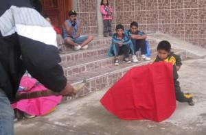 Foto: Ronaldo Jiménez En las provincias del Perú, como en Chalhuanca, Apurímac, los niños sueñan con llegar a ser toreros.