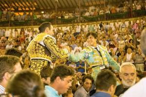 FOTO: CULTORO Andrés Roca Rey y Ponce en hombros, al alimón, en Málaga.