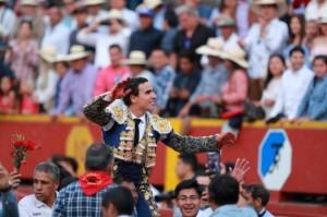 FOTO: LINO CHIPANA Galdós, en hombros, tras triunfar en Acho el pasado 25 de noviembre.