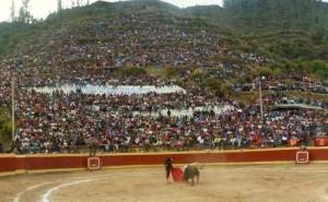 FOTO: PABLO JAVIER GÓMEZ DEBARBIERI Sin perderse nada: trepados en el cerro en Chalhuanca, Apurímac.