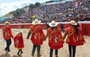 FOTO: Juan Medrano Chavarría En Macusani, Puno, el público ovaciona a los alferados, quienes financian las corridas y tras dar la vuelta al ruedo, ofrecen pagos a la tierra y sus Apus.