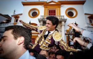 FOTO: EMPRESA PAGÉS Pablo Aguado, en hombros, por la Puerta del Príncipe