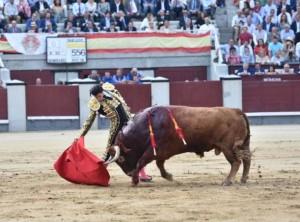López Simón en un derechazo al segundo toro.