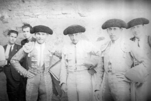 FOTO: BALDOMERO - FOTOTECA ESPAÑOLA Domingo Ortega (izq), Mariano García y Marcial Lalanda (der) en el patio de cuadrilla de la plaza de Toledo, en 1939