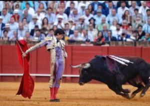 FOTO: EMPRESA PAGÉS Roca Rey puso todo de su parte y se jugó la vida en Sevilla.
