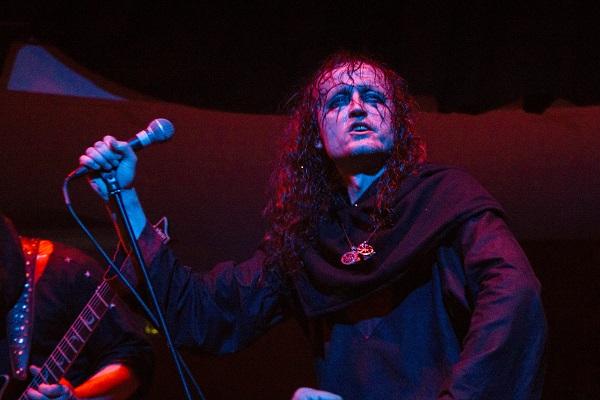 """El concierto de Graveland en el marco del Evil Attack II se mostraba interesante por dos razones:  la primera era la misma banda polaca, que es uno de los referentes históricos del black y el pagan metal con más de 20 años de carrera; la segunda, la presentación de una serie de bandas de metal extremo nacionales (más una costarricense) que se mueven entre el death y el black, y que representan una generación de bandas post clásicas. Los grupos a presentarse en orden fueron Dämonik (pronunciar """"demonic""""), Spell, Demoniac Slaugther,..."""