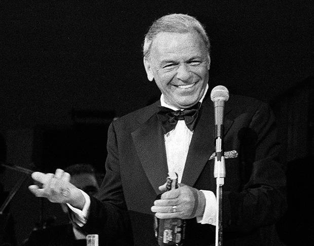 Un 12 de diciembre de 1915, Frances Albert Sinatra dio su primer grito a la vida. Fue en Hoboken, Nueva Jersey, Estados Unidos. Su familia, de origen humilde y ascendencia italiana, la encabezaba su padre, un duro siciliano que andaba por la vida de bombero y boxeador; y su madre, un ama de casa de fuertes raíces genovesas. Frank sería con el tiempo el gran artista que nadie anunció, pero que llegó a ser con legítimo derecho. Murió el 14 de mayo de 1998. Tenía entonces 82 años.