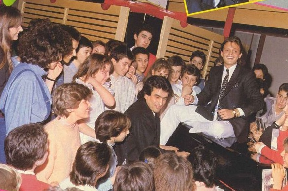 Luis Miguel con sus pequeños fans en Milán. Lo acompaña en el piano Toto Cutugno. (Revista Tutto Musica & Spettacolo / LuisMiguelSite.com)