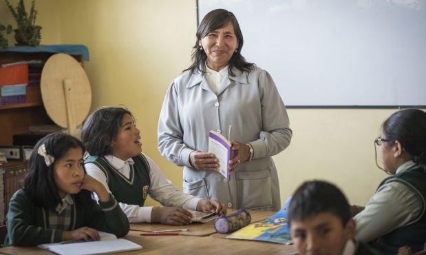 """Hoy a las 6 p.m. será presentado el libro """"Niños del bosque: narraciones breves"""" que compila 38 cuentos escritos por estudiantes de primaria del colegio Diego Quispe Tito del distrito de San Sebastián, en el Cusco. Conversamos con la compiladora, la maestra Elva Ricalde."""